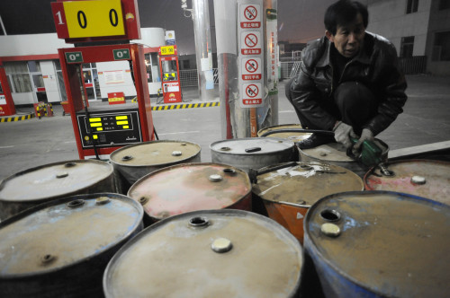 A man fills tanks with diesel at a gas station in Wuzhong, Ningxia Hui Autonomous Region of China. (Xinhua-Yonhap News)