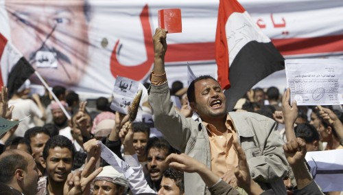 A Yemeni anti-government demonstrator shouts slogans during a demonstration demanding the resignation of President Ali Abdullah Saleh, in Sanaa, Yemen, Monday. (AP-Yonhap News)