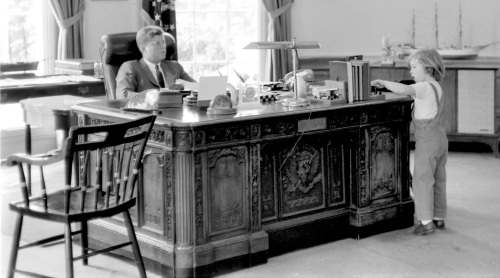 This May 16, 1962 photograph released by the John F. Kennedy Presidential Library and Museum in Boston shows President John F. Kennedy behind his desk while visited by his daughter Caroline in the Oval Office at the White House in Washington. (AP-Yonhap News)