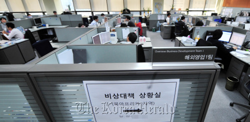 Construction in Seoul on Tuesday as concerns grow over political unrest in the Middle East and North Africa, major construction markets for Korea. (Kim Myung-sub/The Korea Herald)