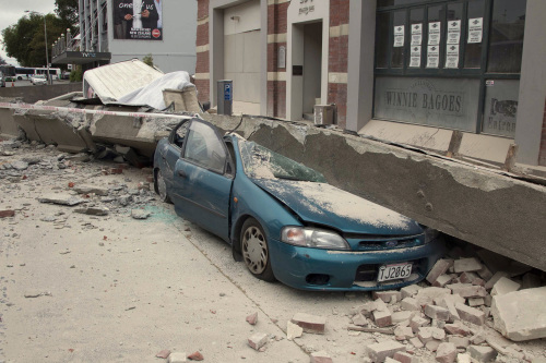 A car is crushed by a beam in central Christchurch, New Zealand, Tuesday, Feb. 22, 2011. A powerful earthquake collapsed buildings at the height of a busy workday killing and trapping dozens in one of the country's worst natural disasters. (AP-Yonhap)