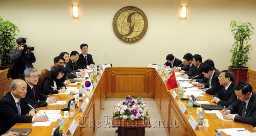 Foreign Minister Kim Sung-hwan (second from left) and his Chinese counterpart Yang Jiechi (second from right) hold talks at the ministry Wednesday. (Park Hae-mook/The Korea Herald)