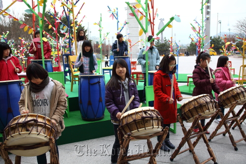 Children play drums at an event in Seoul in December as part of the Culture Ministry's arts and culture education support program for students and seniors. (Ministry of Culture, Sports and Tourism)