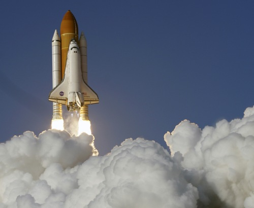 Space shuttle Discovery lifts off from the Kennedy Space Center in Cape Canaveral, Florida, Thursday. (AP-Yonhap News)