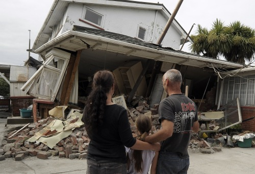Maree (left), daughter Jasmine (center) and Norm Butcher take a last look at their destroyed home in Christchurch, New Zealand, Saturday. (AP-Yonhap News)