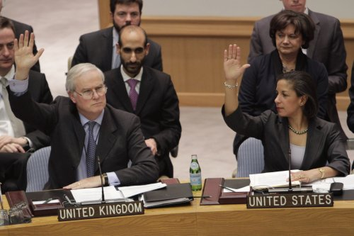 British Ambassador to the United Nations Mark Lyall Grant (left) and U.S. Ambassador Susan Rice vote during a Security Council meeting on Saturday at U.N. headquarters. (AP-Yonhap News)