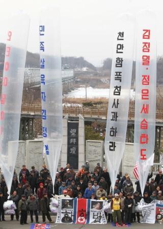 Civic group members send propaganda leaflets to North Korea at the Imjingak Pavilion near the inter-Korean border on Feb. 16. (Yonhap News)