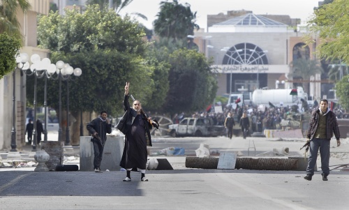 A gunman flashes a victory sign to beckon foreign journalists to come closer to see the situation in the main square in Zawiya, west of Tripoli, in Libya on Sunday. (AP-Yonhap News)