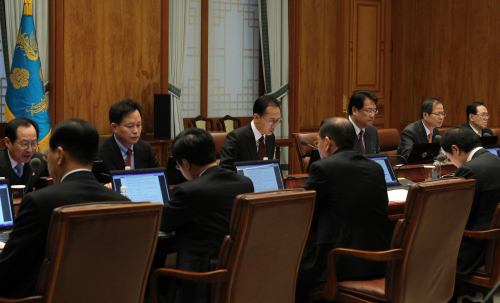President Lee Myung-bak holds a meeting with his senior aides at Cheong Wa Dae on Monday. (Yonhap News)