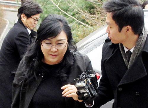 Seoul National University decided to sack Professor Kim In-hye accused ofhabitually beating and taking high-priced gifts from her students. (Yonhap News)