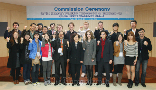 Foreign publicity ambassadors for Gangnam hold a starting ceremony at the district office on Feb. 26. Gangnam-gu Mayor Shin Yeon-hee is at center, front row. (Gangnam-gu Office)