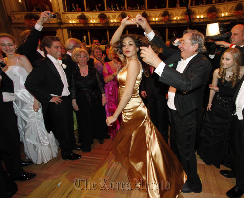 Karima el-Mahroug, also known as Ruby, and her host Austrian businessman Richard Lugner dance during the traditional Opera Ball in front of the state opera in Vienna, on Thursday. (AP-Yonhap News)