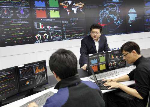 Staff of the Korea Internet Security Agency monitor online traffic at the institution's situation room in southern Seoul. (Yonhap News)