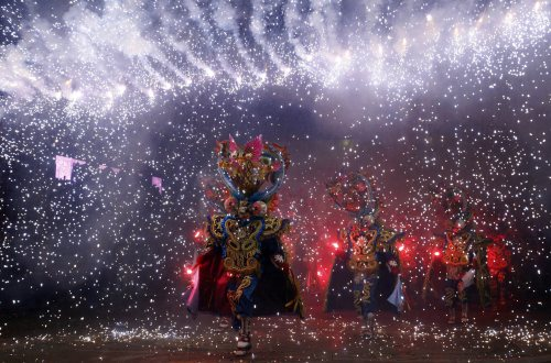 Dancers perform during carnival celebrations in Oruro, western Bolivia, Saturday March 5, 2011. (AP-Yonhap News)
