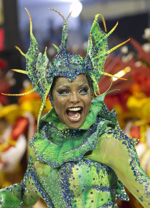 A dancer performs during the parade of Tom Maior samba school in Sao Paulo, Brazil, Saturday, March 5, 2011. (AP-Yonhap News)