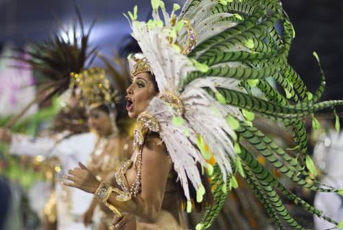 A dancer performs during the parade of Unidos do Peruche samba school in Sao Paulo, Brazil, Friday, March 4, 2011. (AP-Yonhap News)