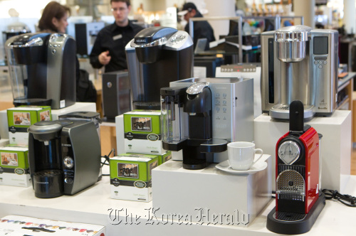 Bring the taste of the coffee shop home with these single-server coffee makers. Manufacturers are looking at ways of allowing users to customize everything from coffee to flavored water.  (Chicago Tribune/MCT)