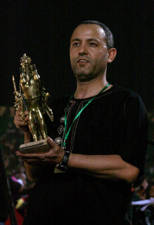 """Moroccan director Mohamed Mouftakir holds the Gold Etalon of Yennenga award, the top prize of the Pan African cinema and television festival (Fespaco), for his film """"Pegase"""" in Ouagadougou on March 5. (AFP-Yonhap News)"""