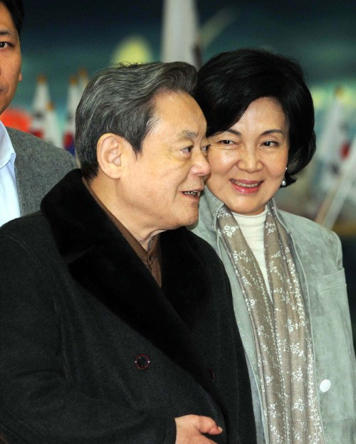 Samsung Electronics chairman Lee Kun-hee and his wife Hong Ra-hee arrive at Gimpo International Airport on Tuesday from a trip promoting PyeongChang 's bid to host the 2018 Winter Games as a member of the International Olympic Committee. (Lee Sang-sub/The Korea Herald)
