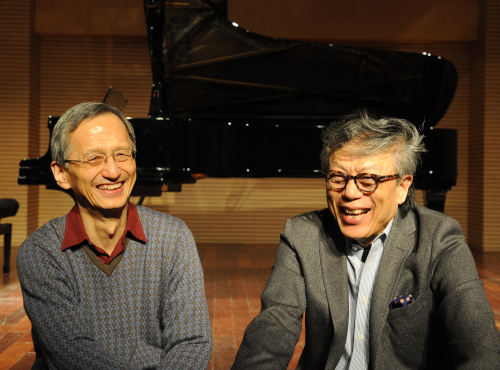 Violinist Kim Min (right) and pianist Lee Dai-uk speak during an interview at the Korean Chamber Orchestra's office in Seoul on Thursday. (Lee Sang-sub/The Korea Herald)