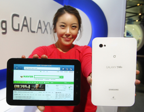 A model shows Samsung Electronics' 7-inch Galaxy Tab launched Tuesday through KT Corp. (Samsung Electronics)