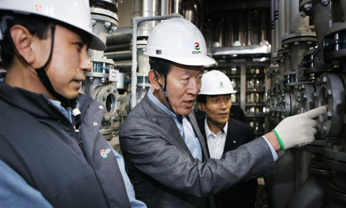 GS Group chairman Huh Chang-soo (center) looks around a GS Caltex lubricants production plant in Incheon, Gyeonggi Province, Tuesday. (GS Group)