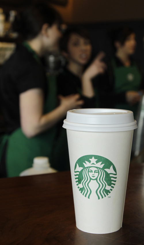 A coffee cup bearing the new Starbucks Corp. logo is shown in Seattle on Tuesday. (AP-Yonhap News)