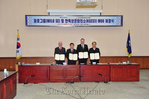 Officials after signing the memorandum of understanding regarding Wilo SE's investment in Busan Jinhae Free Economic Zone at the Busan City Hall on Tuesday. (From left) Secretary general of Korean-German Chamber of Commerce and Industry Juergen Woehler, Busan Mayor Hur Nam-sik, Wilo SE chief operating officer Holger Krasmann and BJFEZ commissioner Ha Myeng-keun. (Busan Jinhae Free Economic Zone Authority)