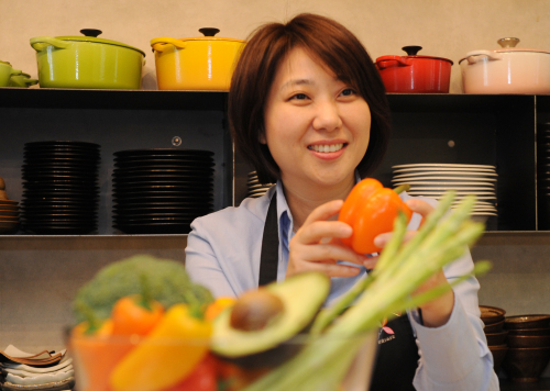 Kim Eun-kyung, Korea's first accredited vegetable sommelier and president of the Korea Vegetable Sommelier Association, explains types of paprika at her cooking studio in Seoul. (Lee Sang-sub/The Korea Herald)