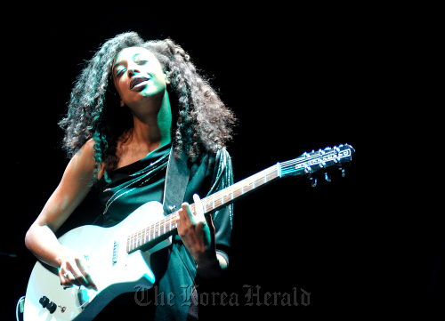 U.K. singer-songwriter Corinne Bailey Rae performs during her solo concert in Seoul on Thursday. (9 Entertainment)