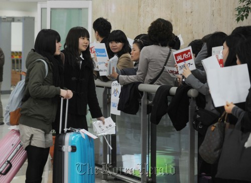 Japanese tourists arrive at Gimpo International Airport in Seoul on Sunday. (Lee Sang-sub/The Korea Herald)