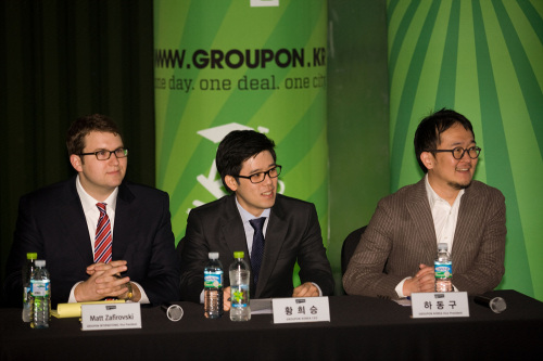 Hwang Hee-seung (center), chief executive of Groupon Korea, on Monday holds a press conference with fellow executives to mark the launch of the social commerce firm in Korea. (Groupon Korea)