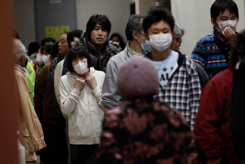 Evacuees line for meals in a shelter in Soma city, Fukushima prefecture, Japan, Monday, March 14, 2011, three days after a massive earthquake and tsunami struck the country's north east coast. On top of the losses of family and friends along with property, evacuees in the area are now faced with the fears of radiation contamination from damaged nuclear facilities near by.(AP-Yonhap)
