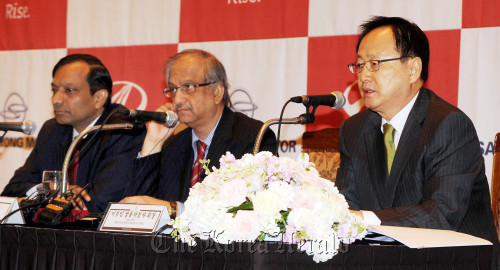 Ssangyong Motor Co. CEO Lee Yoo-il (right) and Mahindra and Mahindra CFO Bharat Doshi (center) and the Indian firm's president for automotive and farm sector Pawan Goenka attend the press conference in Seoul on Tuesday. (Park Hyun-koo/The Korea Herald)