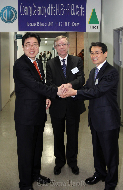 (From left to right) Hankuk University of Foreign Studies President Park Chul, European Union Ambassador Tomasz Kozlowski and Hyundai Research Institute president and CEO Kim Joo-hyun shake hands to inaugurate the nation's third EU Center at HUFS.(Yonhap News)
