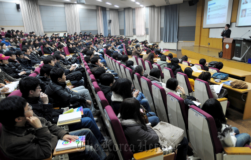Students listen during an employment seminar at Konkuk University early this month. (Yonhap News)
