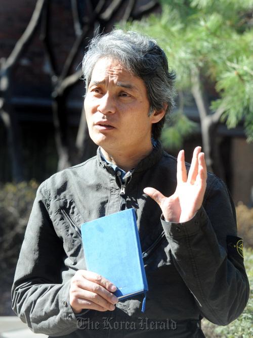Movie translator Lee Mi-do gives his opinions on language in Gwanghwamun, Seoul. (Park Hyun-koo/The Korea Herald)