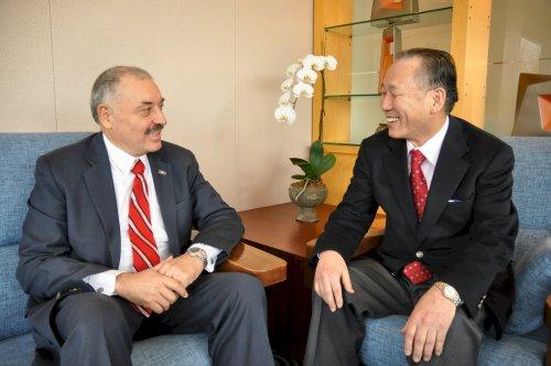 Paraguay Ambassador Ceferino Valdez (left) and Paraguayan Chamber of Commerce in Korea's CEO Lee Hang-soo discuss ways to improve bilateral trade. (Yoav Cerralbo/The Korea Herald)