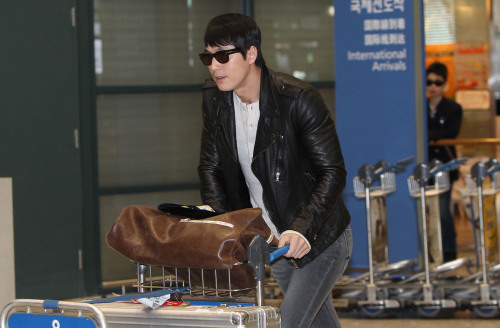 Actor Jung Woo-sung returns from Paris. (Yonhap News)