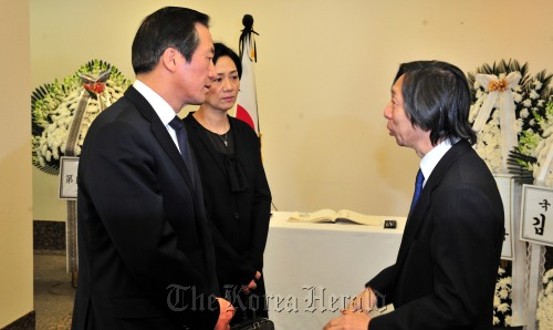 Rep. Chung Mong-joon (left) consoles Japanese Ambassador Masatoshi Muto after paying tribute to quake victims at the Japanese Embassy in Seoul on Monday. (Kim Myung-sub/The Korea Herald)