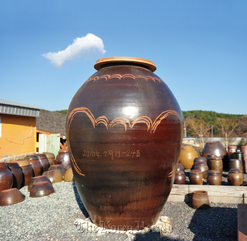 The 172 kilogram earthenware pot vying for a world record. (Ulju County)