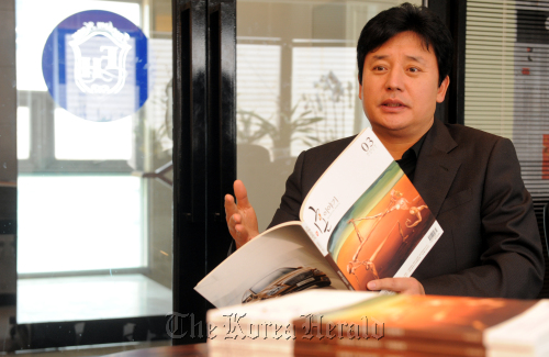 """Lee Jong-min, publisher of the nation's first divorce magazine, talks about his intentions in launching """"Divorce Story"""" at his office in Cheongdam-dong, Seoul. (Ahn Hoon/The Korea Herald)"""