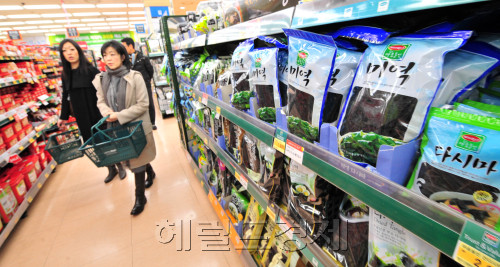 Women walk down an aisle where seaweed is displayed at a store in Seoul on Thursday. (Kim Myung-sub/The Korea Herald)