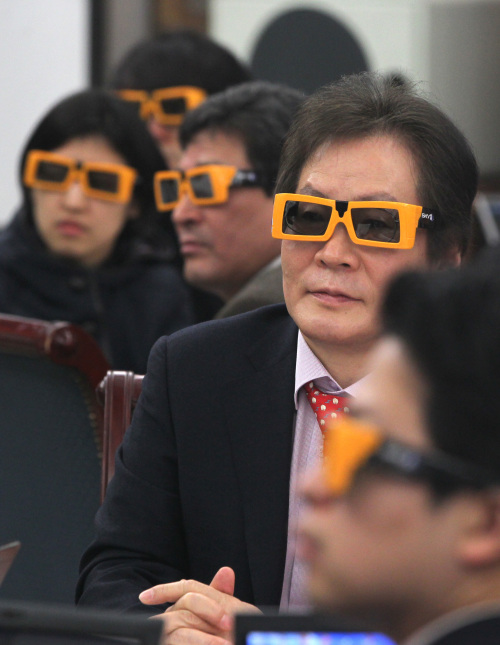 Lee Mong-ryong, president of Sky Life, watches new 3-D content provided by the digital satellite broadcaster at a press conference in downtown Seoul on Thursday. (Yonhap News)