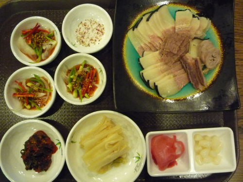 Steamed whale meat at a resturant in Haeundae, Busan. (The Korea Herald)