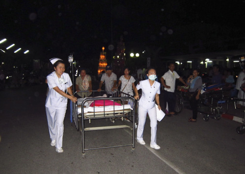 Nurses help pushing a patient's bed as they are evacuated from a hospital building following an earthquake at Chiang Rai hospital in Chiang Rai province, northern Thailand Thursday. (AP-Yonhap News)