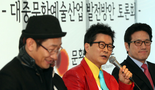Tae Jin-ah (center), president of the Korean Singers Association and Choung Byoung-gug (right), Minister of Culture, Sports and Tourism, participate in a forum to discuss ways to improve the nation's entertainment business at SM Entertainment's office in Seoul on Friday.( Yonhap News)