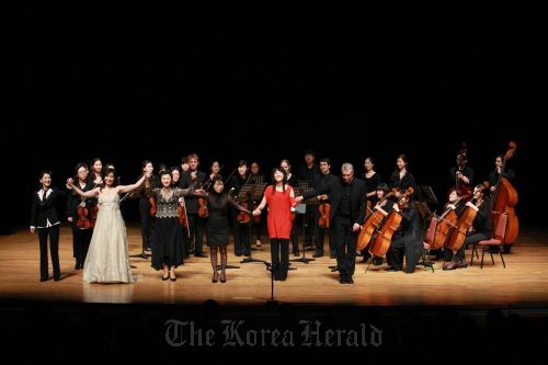 (From right, front row) TIMF artistic director Alexander Liebreich, jazz vocalist Nah Youn-sun, composer Chin Un-suk, pianist Choi Hie-yon, soprano Suh Ye-ree and actress Yoon Suk-hwa are on stage with Ensemble TIMF and members of the Munich Chamber Orchestra at the finale of the opening concert for 2011 TIMF in Tongyeong on Saturday.