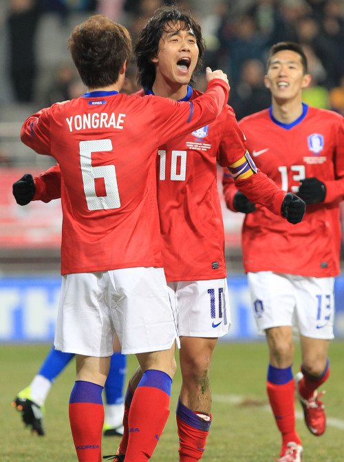 Korea's Park Chu-young (right) celebrates his goal against Honduras. (Yonhap News)