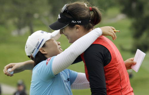 Germany's Sandra Gal (right) embraces runner-up Shin Ji-yai at the LPGA Kia Classic. (AP-Yonhap News)
